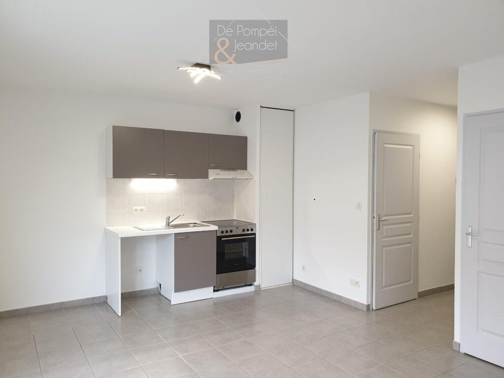 T2 avec balcon et parking en sous-sol – Thoiry – 880 € cc